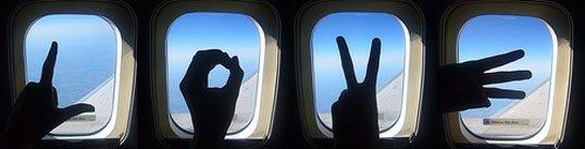 Toma fotografías desde la ventanilla de un avión.