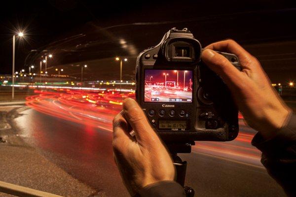 Cómo tomar estelas de luz de automóviles.